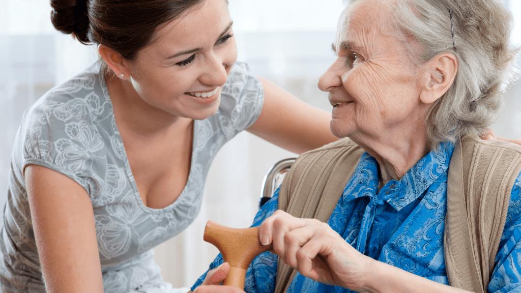 санитарка се грижи 24 часова грижа за възрастни хора